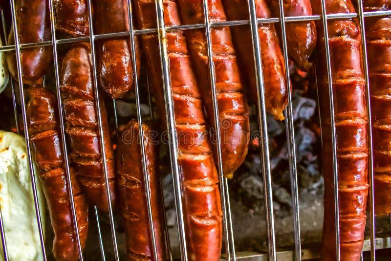 香肠和哈罗米芝士在BBQ,顶上的关闭, 图库摄影