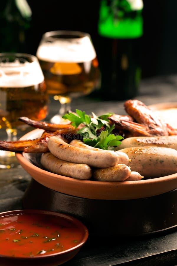 香肠和杯板材啤酒 免版税库存图片