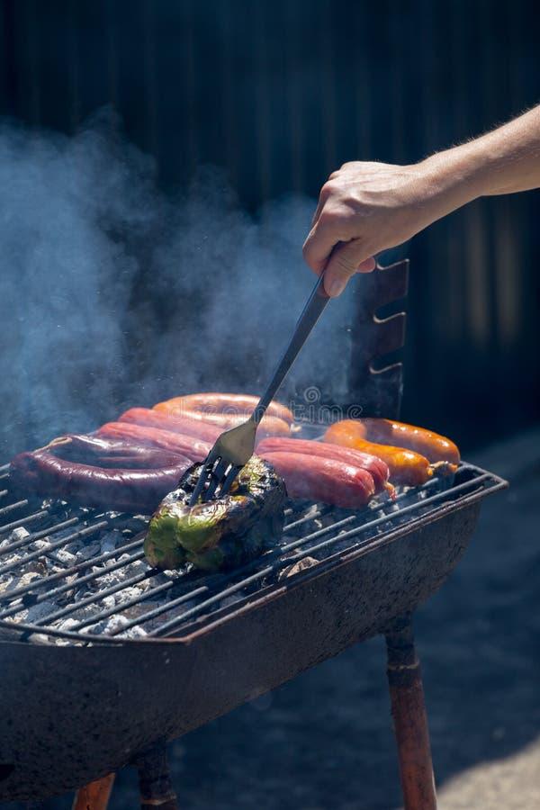 香肠和胡椒在格栅 免版税图库摄影