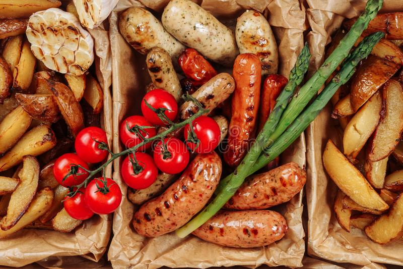 香肠土豆新鲜的蕃茄箱子交付特写镜头 免版税库存照片