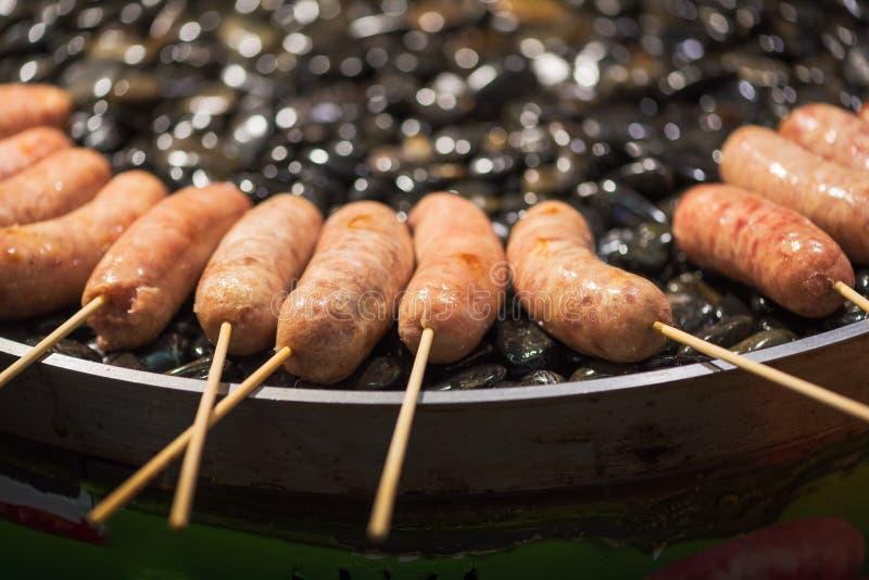 香肠烤肉在石头的-中国街道食物 免版税库存照片