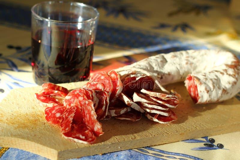 香肠用红葡萄酒 免版税库存照片