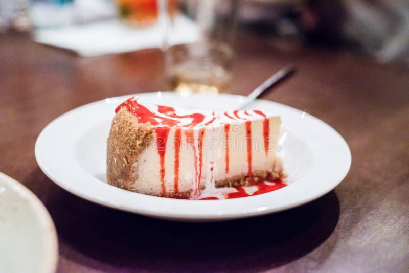 香草乳酪蛋糕用莓果调味汁 免版税库存照片