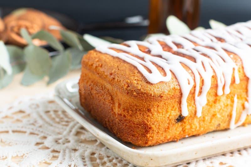 香草兰姆酒葡萄干冠上由皇家糖渍的结冰的黄油蛋糕食物概念自创大面包  库存照片