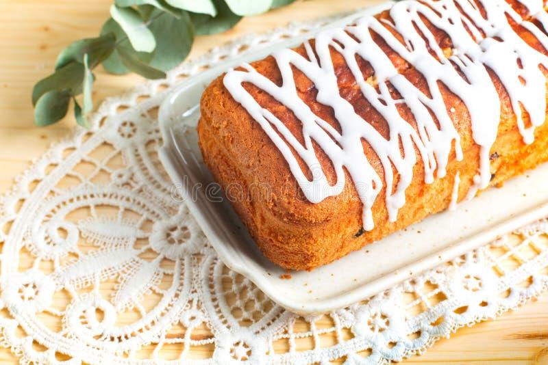 香草兰姆酒葡萄干冠上由皇家糖渍的结冰的黄油蛋糕食物概念自创大面包  库存图片