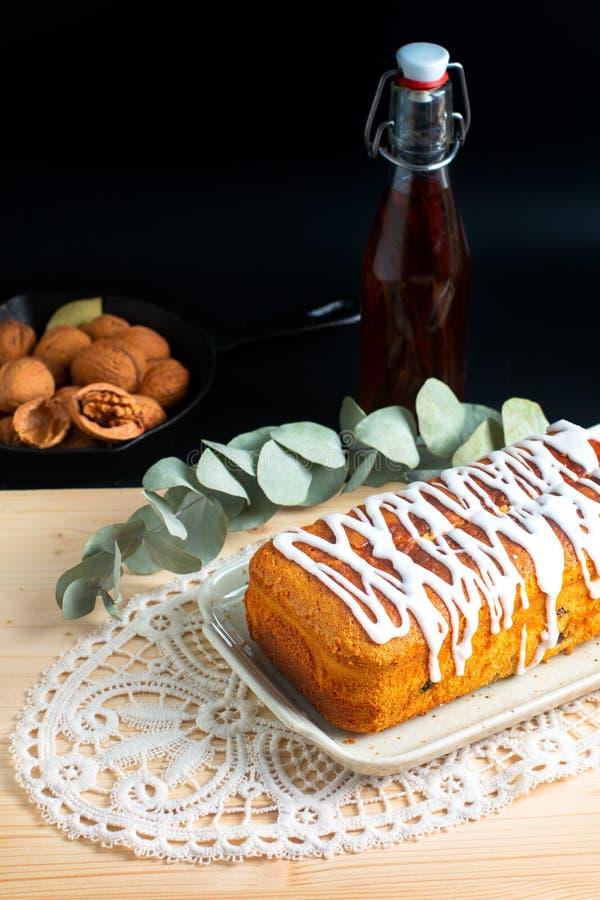 香草兰姆酒葡萄干冠上由皇家糖渍的结冰的黄油蛋糕食物概念自创大面包  免版税库存照片