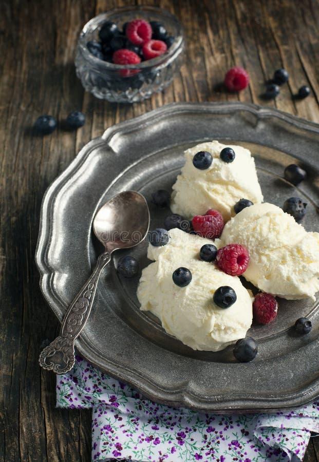 香草冰淇淋用莓果 库存照片