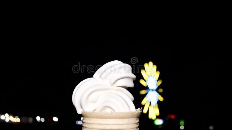 香草冰淇淋锥体点心在黑暗的夜 免版税库存图片