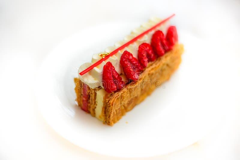 香草和莓Mille feuille酥皮点心在瓷板材结块 免版税库存图片