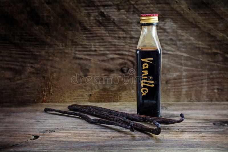 香草精,自创在一个小瓶和香子兰豆 免版税库存图片
