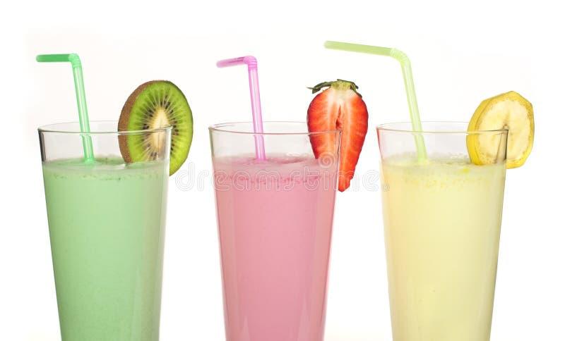 香蕉、猕猴桃和草莓奶昔和新鲜的fruis 免版税库存图片