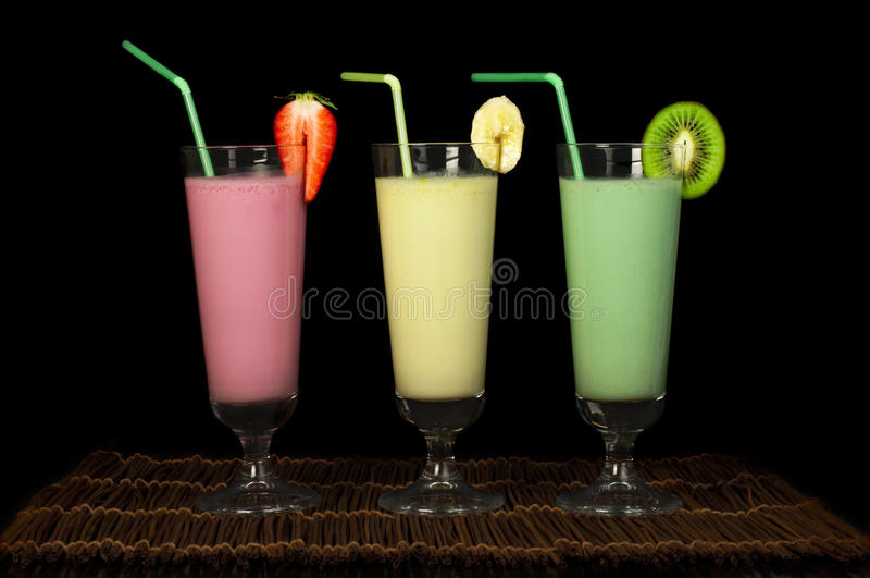 香蕉、猕猴桃和草莓奶昔和新鲜的fruis 免版税库存照片