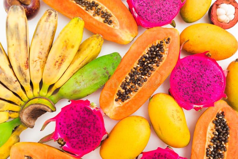 香蕉、番木瓜、芒果和龙果子的食物样式在白色背景的 平的位置 顶视图 热带水果概念 免版税库存照片