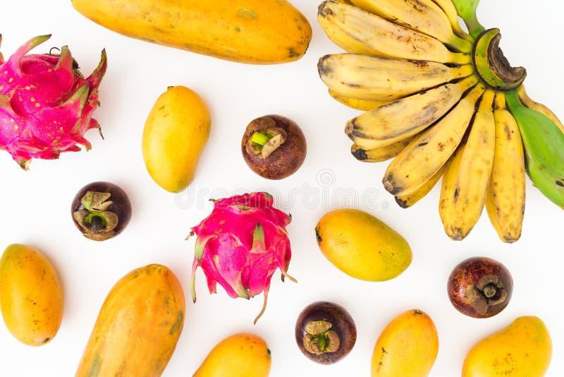 香蕉、番木瓜、芒果用山竹果树和龙果子的食物样式在白色背景 平的位置 顶视图 热带水果co 免版税库存图片