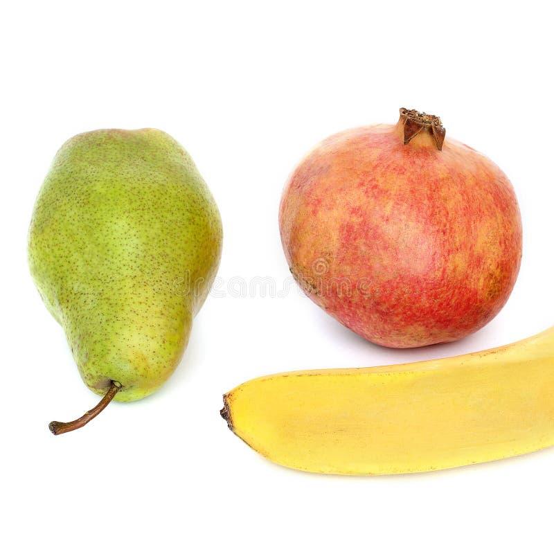 香蕉、石榴和梨在白色背景 免版税库存图片