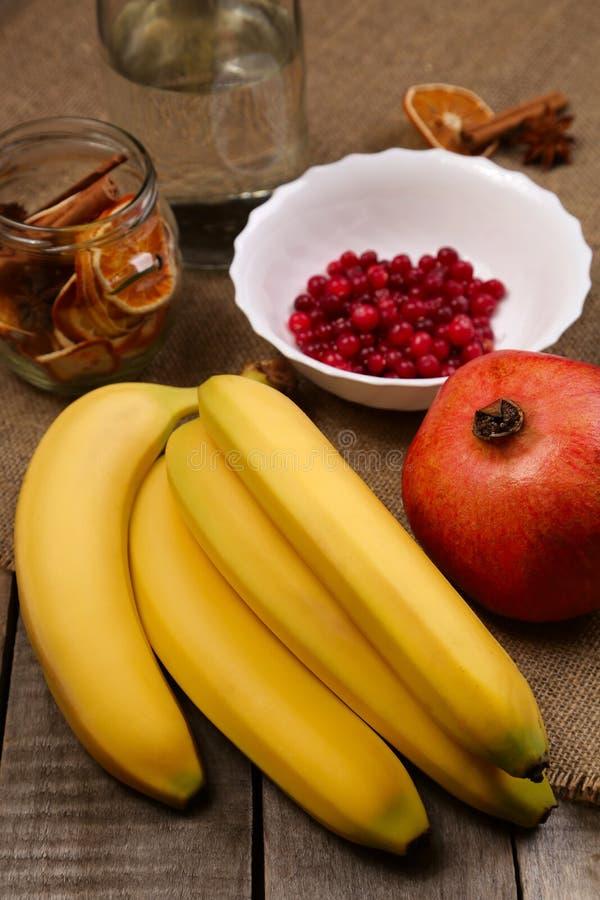 香蕉、蔓越桔和石榴 免版税库存图片
