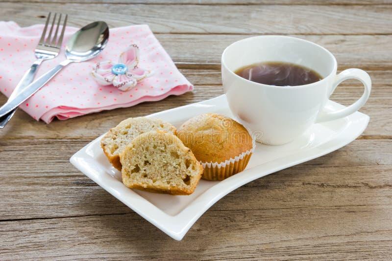 香蕉与咖啡杯的杯子蛋糕 免版税图库摄影