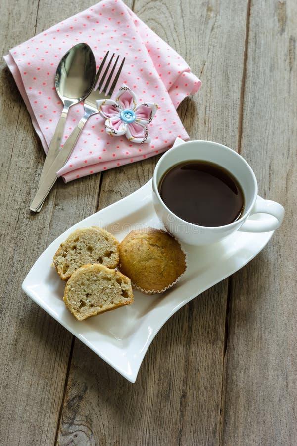 香蕉与咖啡杯的杯子蛋糕 免版税库存照片