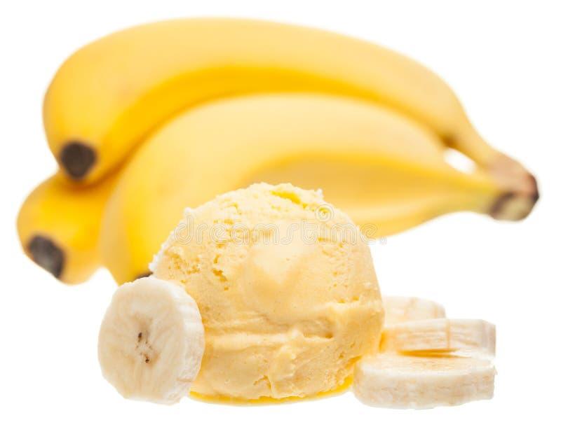 香蕉冰淇淋瓢用香蕉和在白色背景隔绝的香蕉切片 免版税库存照片