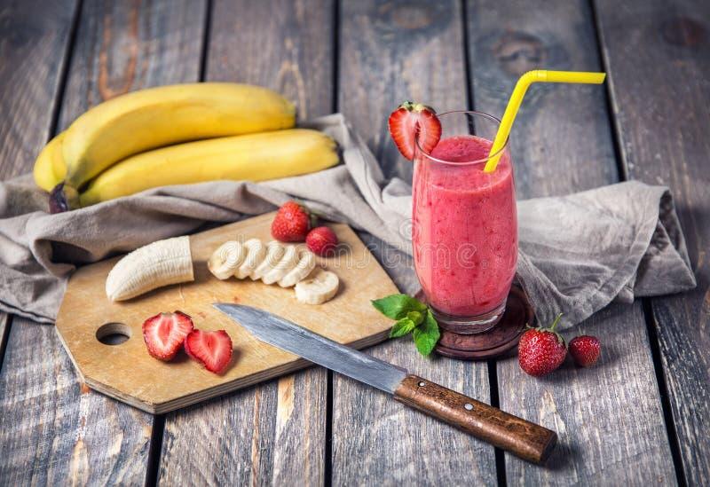 香蕉和草莓圆滑的人 免版税图库摄影
