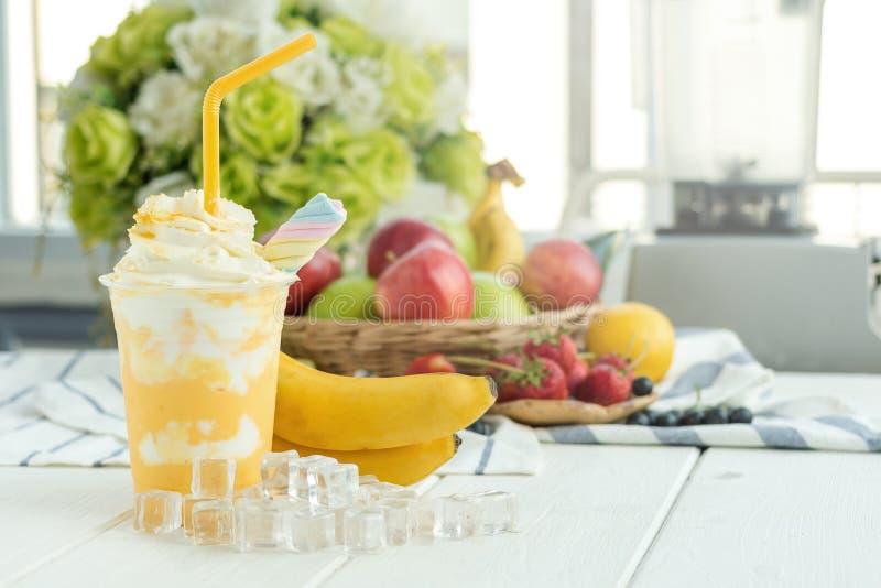 香蕉圆滑的人酸奶用用蜂蜜和鞭子奶油和果子 免版税库存照片