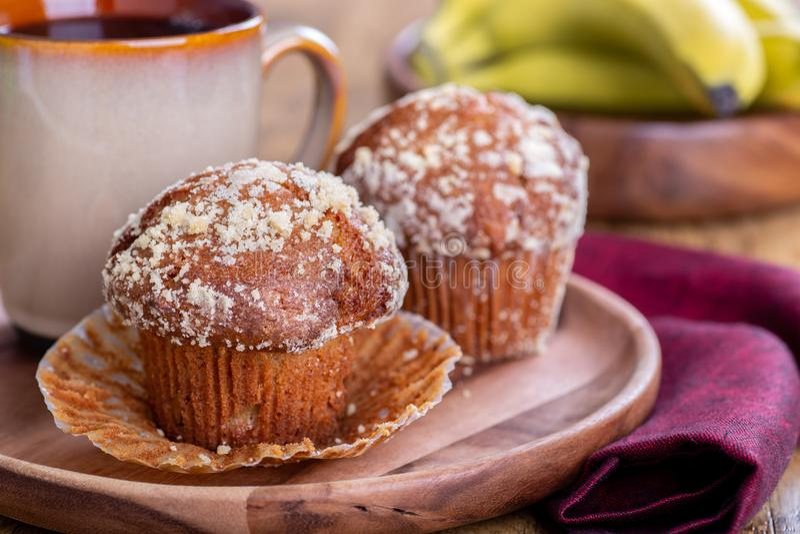 香蕉坚果松饼和咖啡 免版税库存图片