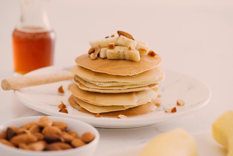 香蕉腰果薄煎饼用香蕉和焦糖调味 库存图片