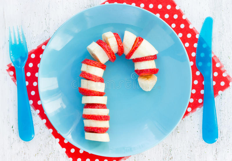 香蕉草莓棒棒糖-滑稽和健康圣诞节断裂 免版税库存照片