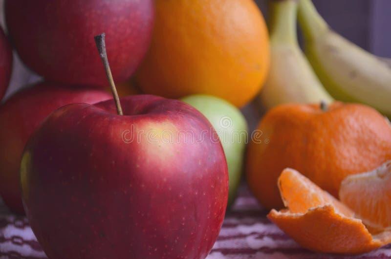 香蕉,苹果,柠檬,橙色在桌上 免版税库存图片