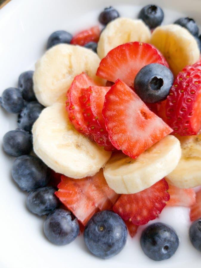 香蕉Stawberry在白色碗的蓝莓酸奶 库存照片