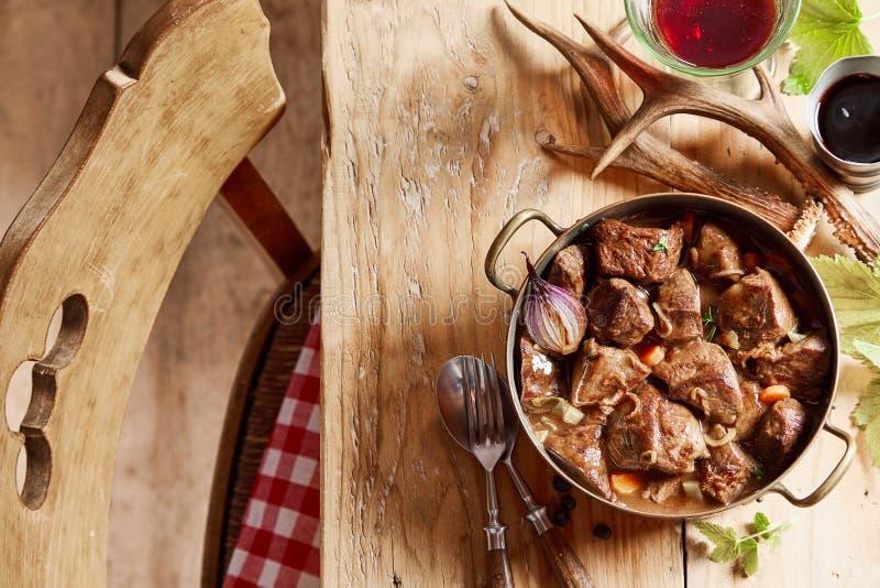 香辣野鹿肉炖肉或炖肉 库存照片