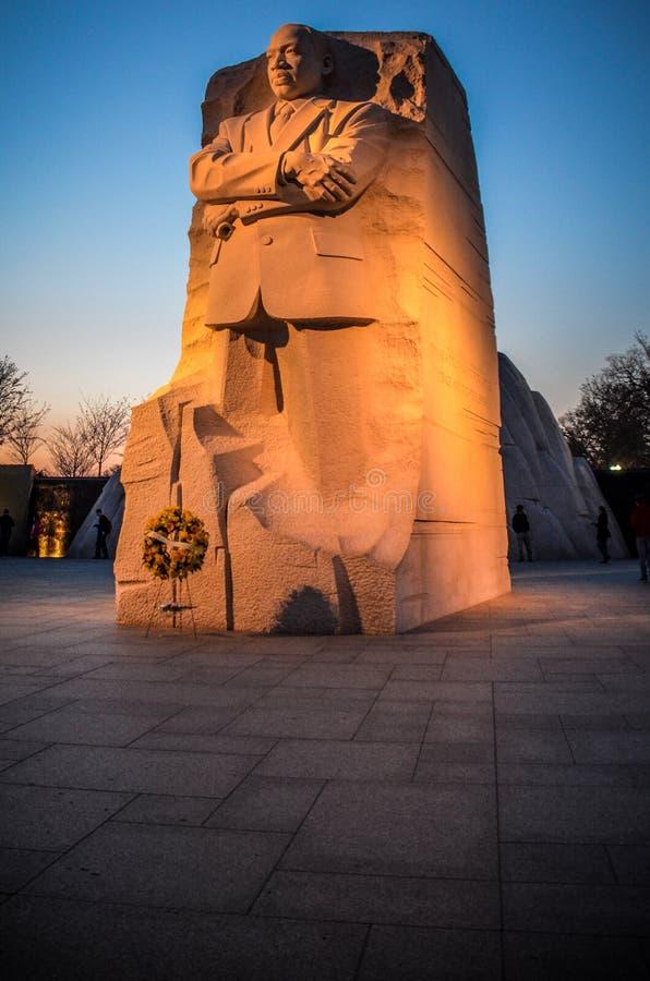 马丁・路德・金在华盛顿特区的小纪念品,被采取在与有启发性的雕象的日落 免版税库存图片