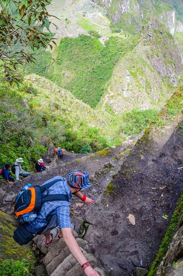 马丘比丘,库斯科,秘鲁2013年6月4日:马丘比丘最佳的全景的旅游上升的Huayna Picchu山  库存图片