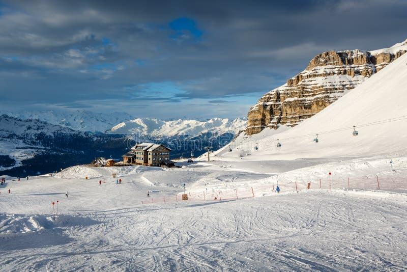 马东纳-迪坎皮利奥滑雪胜地的,意大利阿尔卑斯滑雪餐馆 图库摄影