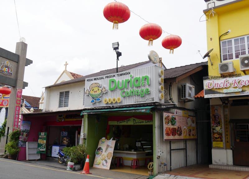 马六甲,马来西亚--2018年2月:卖食物和纤巧的小商店在永克尔街 永克尔步行最是一个  免版税库存图片
