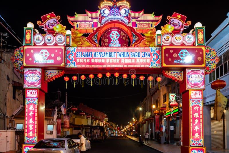 马六甲,马来西亚- 2019年2月28日:对永克尔步行街道,唐人街的入口在马六甲,马来西亚夜 免版税库存图片