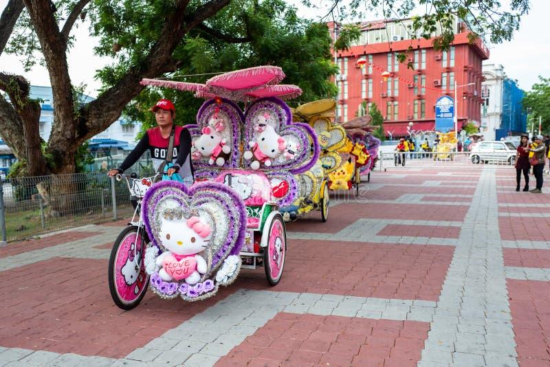 马六甲,马来西亚- 2019年2月28日:有Hello Kitty样式的人力车在马六甲的街道上 免版税库存图片