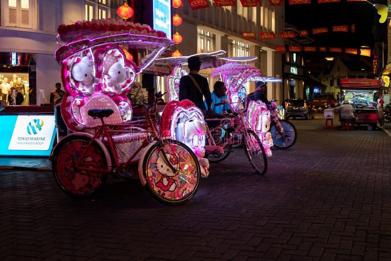 马六甲,马来西亚- 2019年2月28日:有Hello Kitty样式的人力车在马六甲的街道上 库存照片