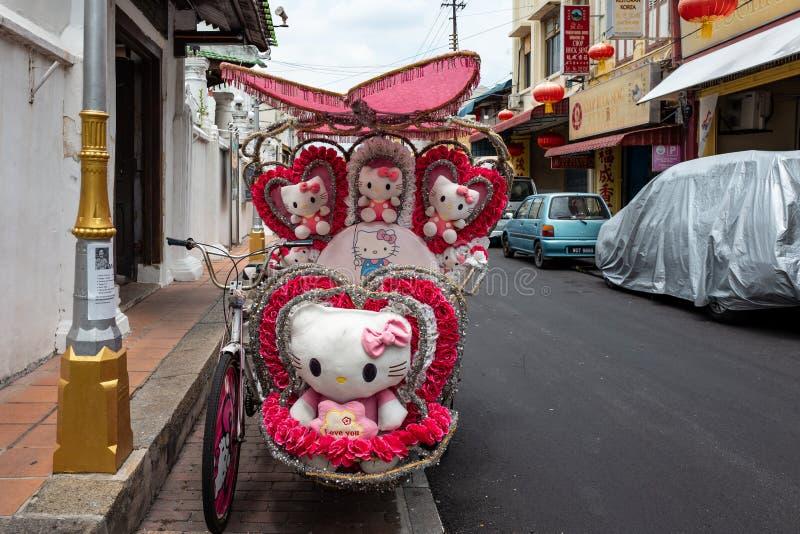 马六甲,马来西亚- 2019年2月28日:有Hello Kitty样式的人力车在马六甲的街道上 免版税库存照片