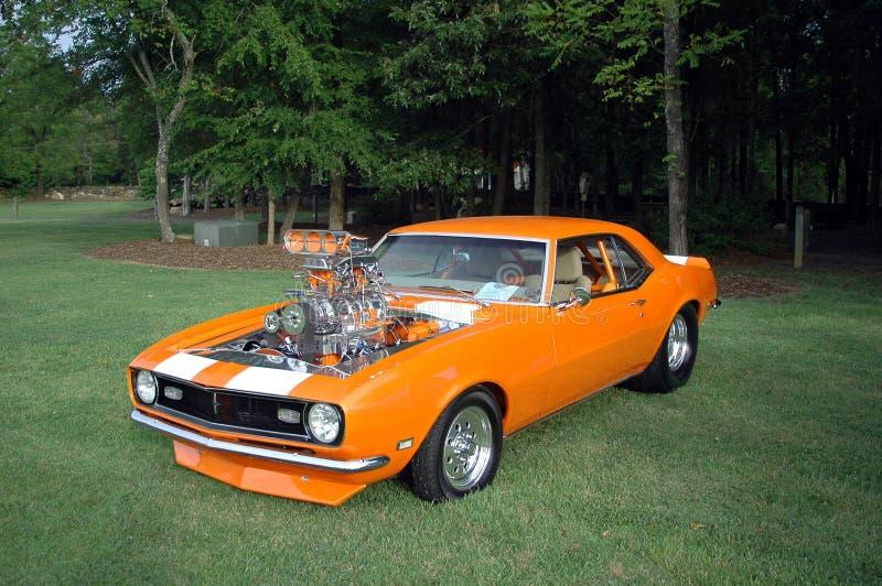 马力强大的橙色汽车 库存照片
