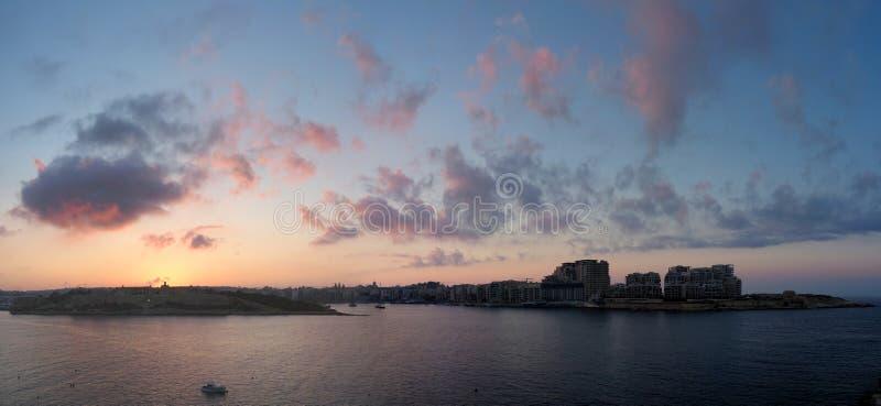 马努埃尔日落的海岛和斯利马城市在马耳他岛 库存照片