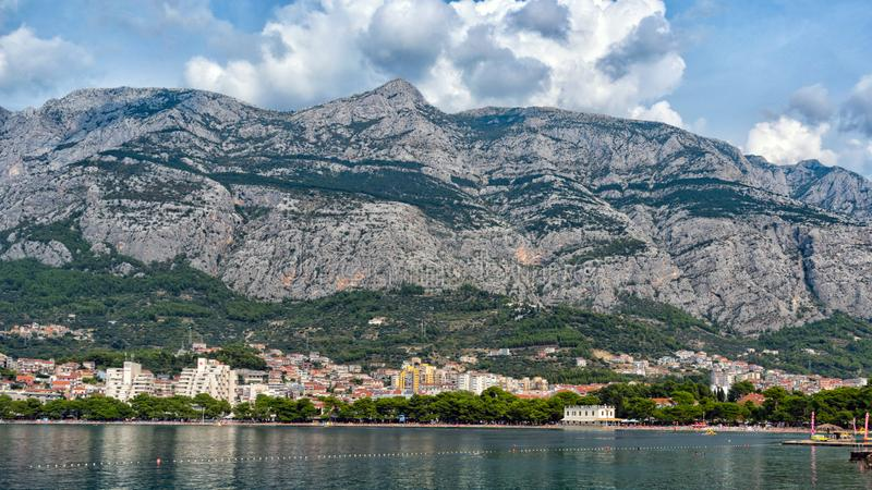 马卡尔斯卡海滩和山的美丽的景色  达尔马提亚,克罗地亚 库存照片