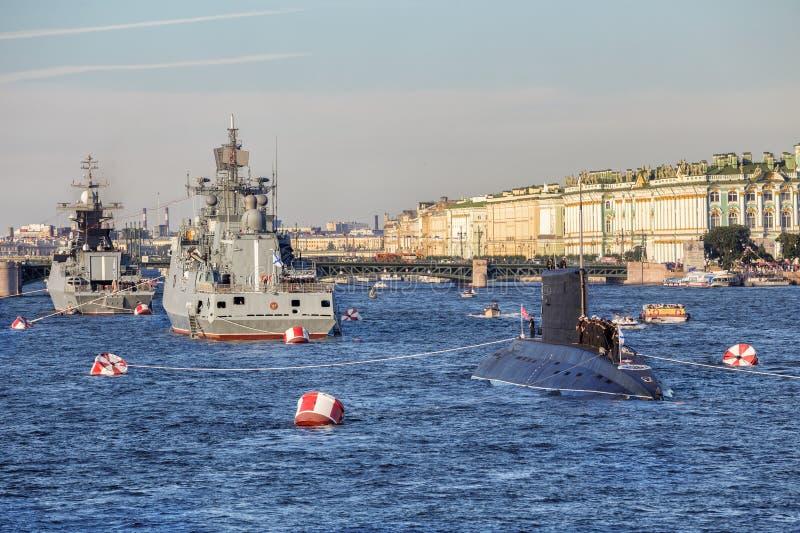 马卡罗夫海军上将大型驱逐舰、Stoykiy轻武装快舰和在俄国舰队的那天柴油电动水下Dmitrov在圣彼德堡 库存图片