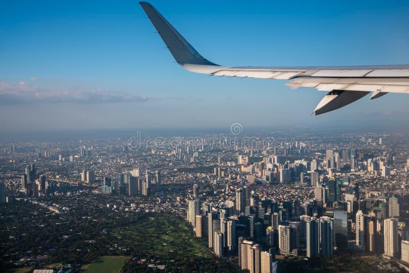 马卡蒂市,从靠窗座位的菲律宾鸟瞰图  免版税库存图片