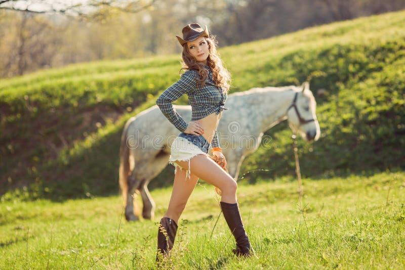 马和女孩有牛仔帽的 库存照片