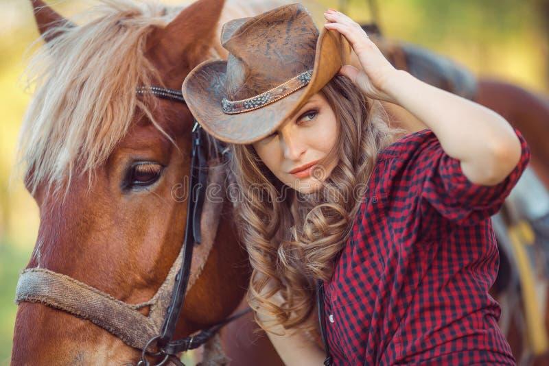 马和时装模特儿 减速火箭的样式 库存照片