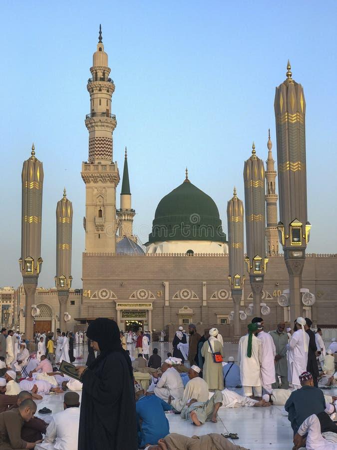 马基纳,沙特ARABIA-26 2019年5月王国:一个小组回教香客采取休息在斋月斋戒的月期间,当妇女时 库存照片