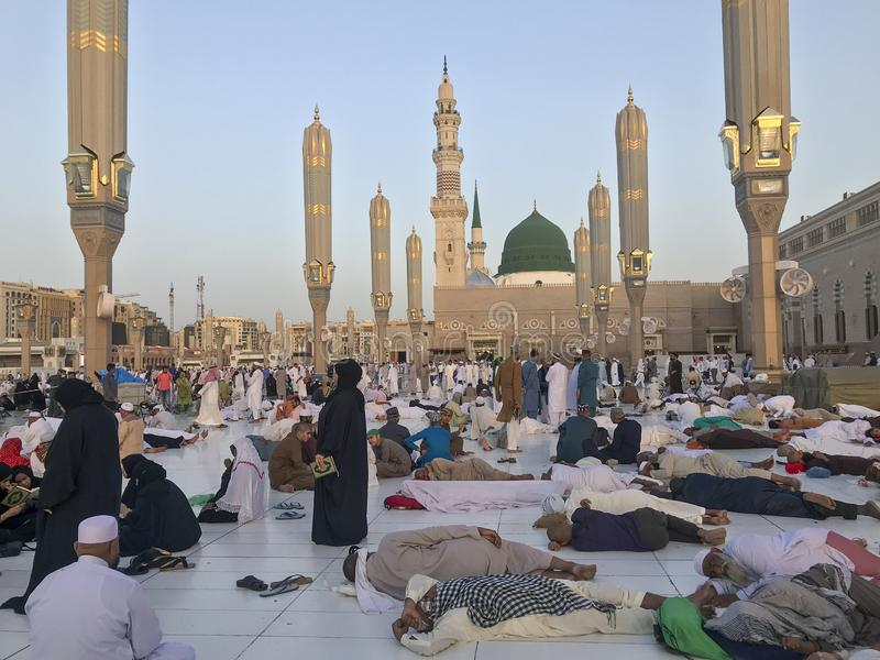 马基纳,沙特ARABIA-26 2019年5月王国:在斋月斋戒的月期间,一个小组回教香客采取休息 免版税库存图片