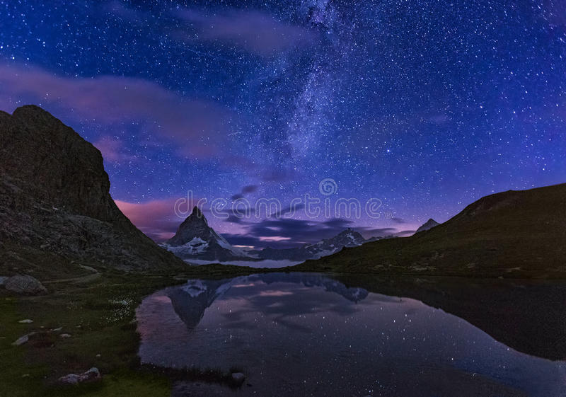 马塔角和Riffelsee在晚上,策马特,阿尔卑斯,瑞士 免版税库存图片