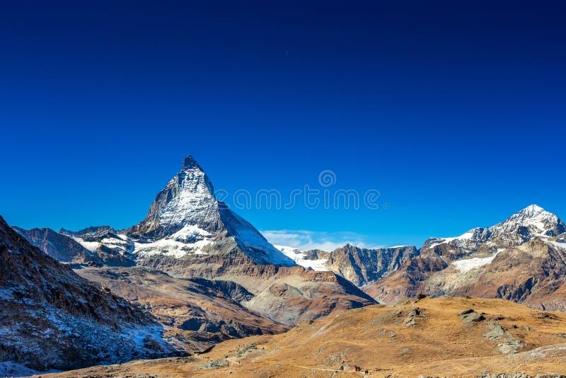 马塔角峰顶山在与清楚的天空蔚蓝和天月亮的夏天在策马特瑞士,欧洲 库存图片